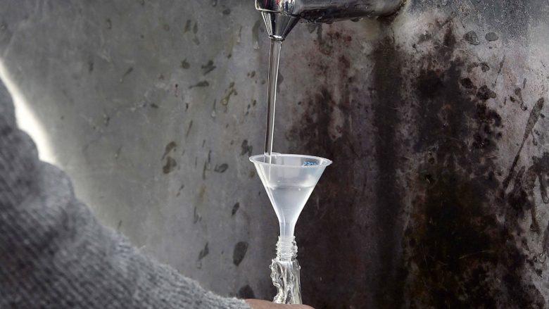 """Thotë se """"uji i shenjtë"""" e shëroi nga kanceri, vë mjekët në aksion që ta vërtetojnë këtë!"""