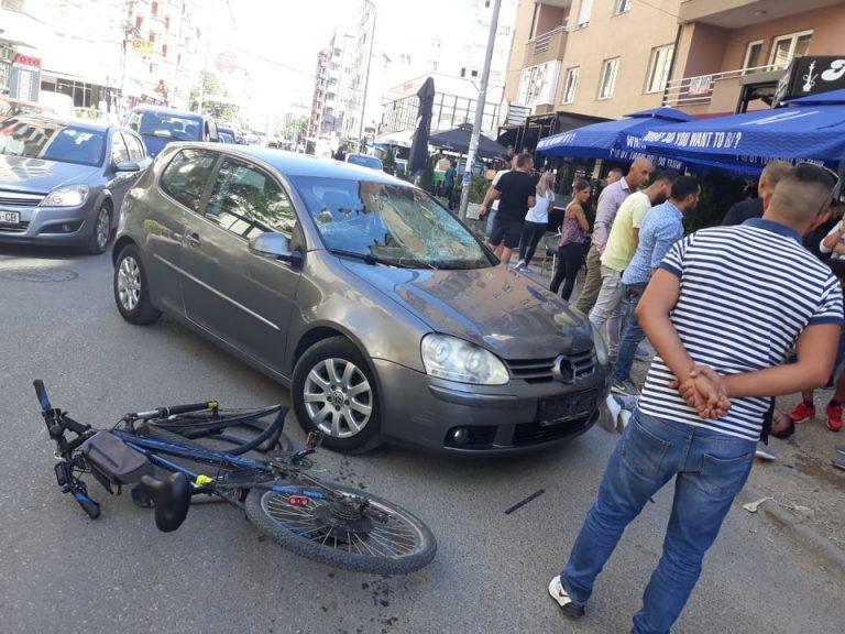 Policë me veturë civile përplasin një biçiklist në Fushë Kosovë