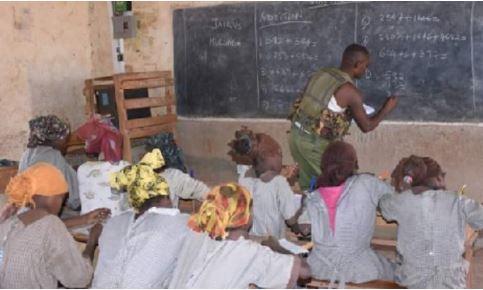 Polici i mëson nxënësit, pasi mësuesit nuk u paraqitën në shkollë