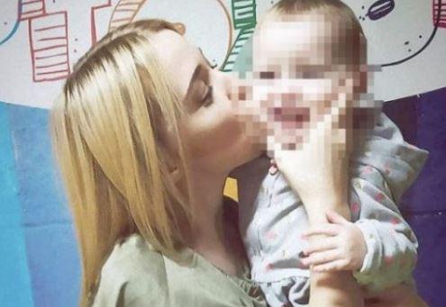 Fëmija dyvjeçar mbyt aksidentalisht nënën e vet