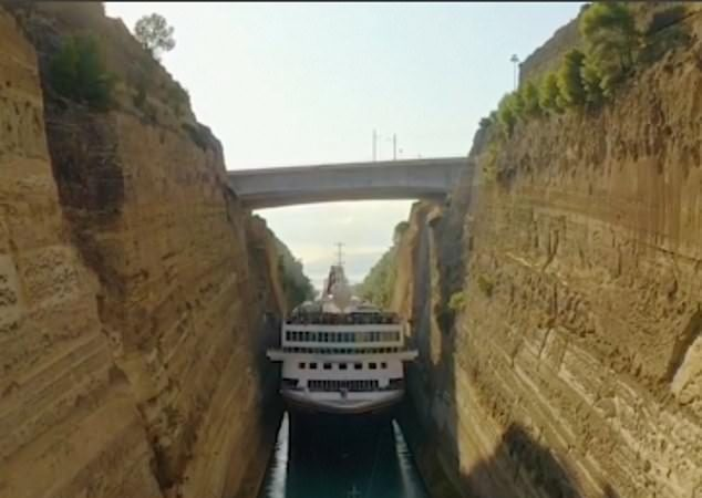 Kjo anije gjigante kalon në ngushticën më të vogël