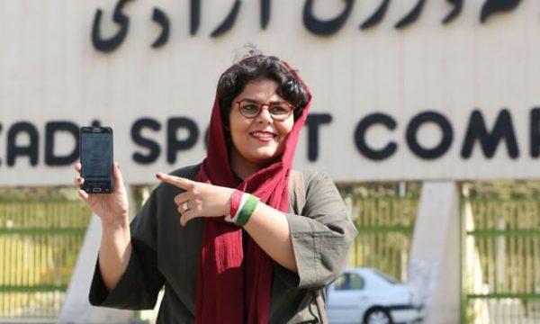 Gratë iraniane lejohen në stadium futbolli për herë të parë në disa dekada