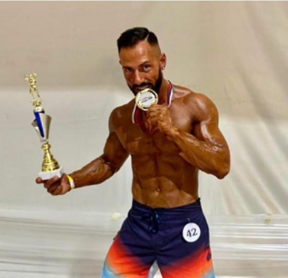 """Egzon Thaqi i siguron medaljen e artë Kosovës në """"Men's Physique"""" në Slloveni"""