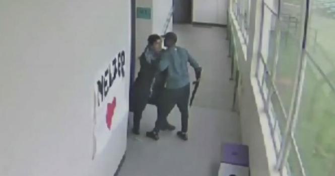 Video emocionuese: Arsimtari i edukatës fizike ia mori armën nxënësit dhe e përqafoi atë