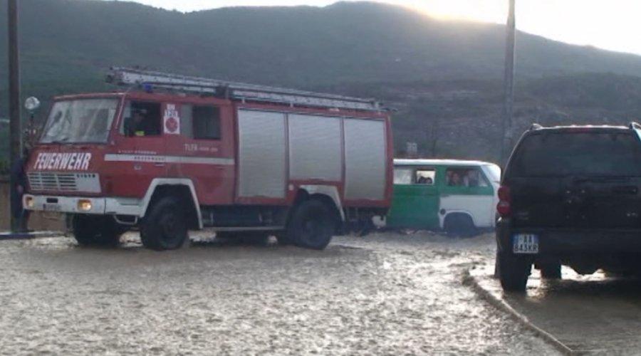 Përmbytet Laçi, mbyllen shkollat