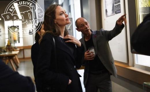 Angelina Jolie viziton Qendrën franceze të Kërkimit të Kancerit