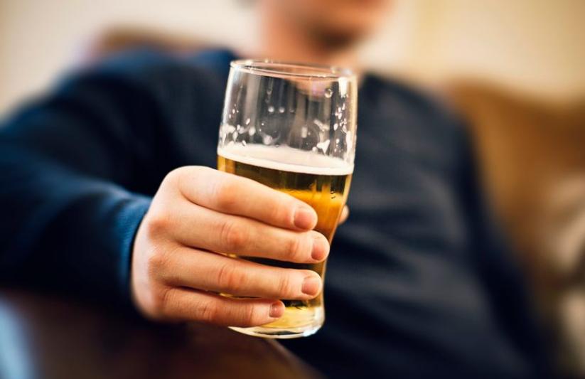 Meshkujt duhet të heqin dorë nga kjo pije gjashtë muaj përpara se të provojnë të bëhen me fëmijë