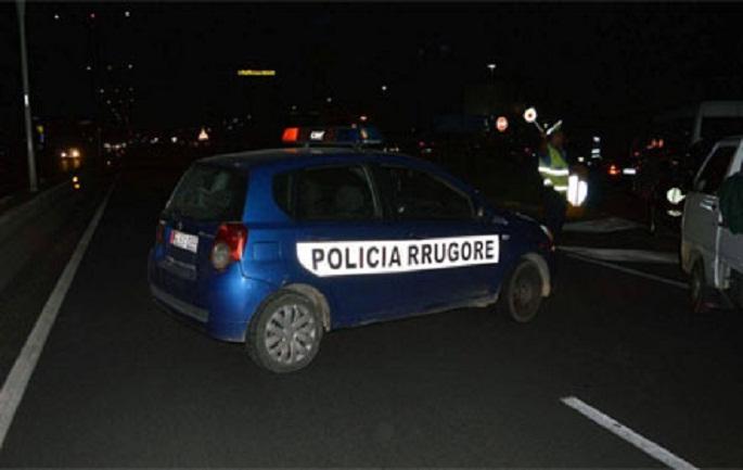 Një i vdekur dhe dy të plagosur në Lushnje, makina shkatërrohet pasi del nga rruga