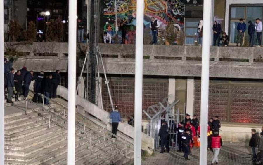 Një person bie nga skela e Pallatit i Rinisë derisa po shikonte ndeshjen Kosovë-Angli (FOTO)