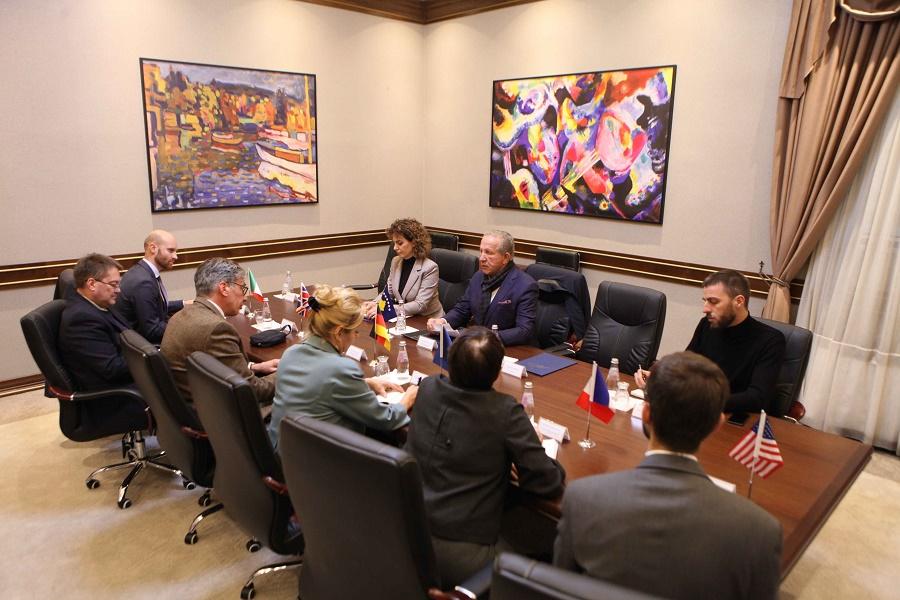 Pacolli takon ambasadorët e Quintit në Kosovë