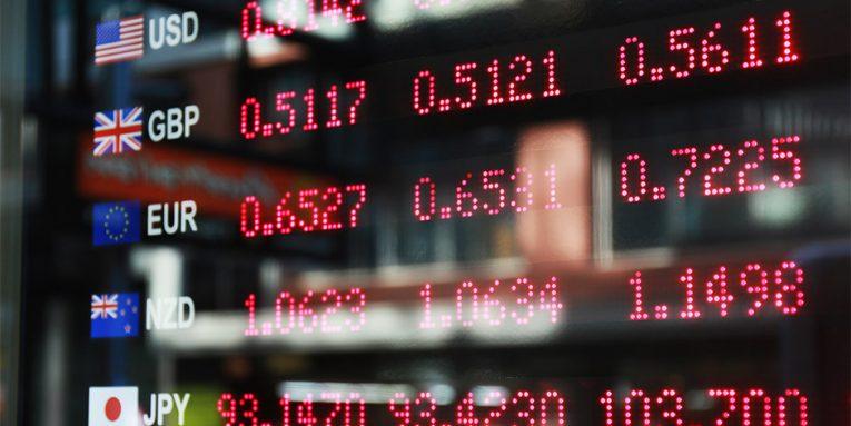 Dollari zhvlerësohet në raport me lekun