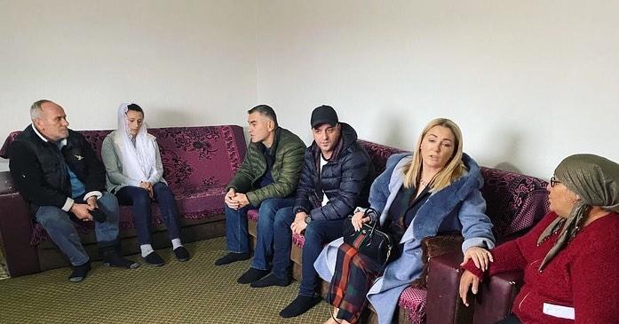 Remzie Osmani bënë gjestin e madh për familjen Abazi që humbi djemtë në tërmet