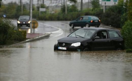 Alarmi i kuq në Francë për shkak të motit të keq