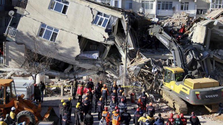 Tërmeti në Turqi: Gazetarja e CNN turk nuk mban lotët gjatë raportimit