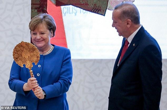 Merkel në Turqi, Erdogan i bën dhuratë një pasqyre