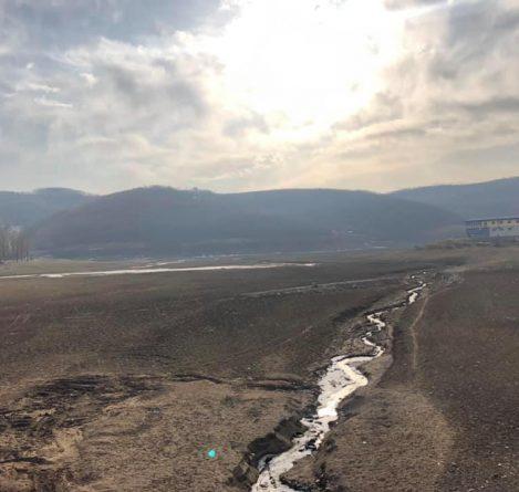 Alarmante! Liqeni i Batllavës po mbetet pa ujë – pamjet nuk i ngjasojnë një liqeni
