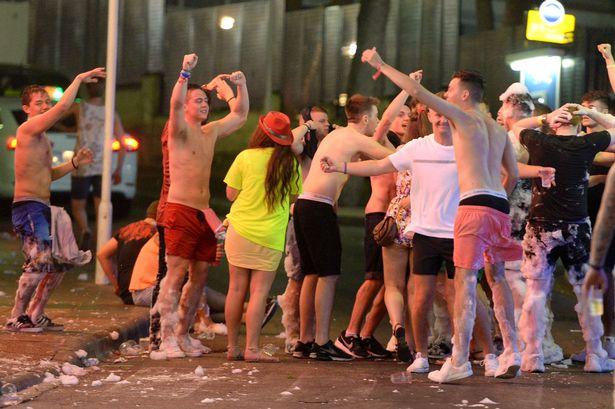 Alkooli, shthurjet dhe orgjitë e britanikëve detyrojnë Spanjën të marrë vendimin ekstrem (FOTO)