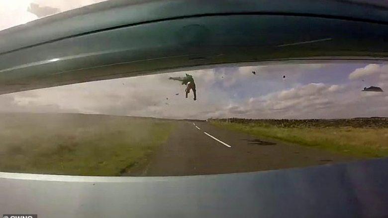 Goditja nga vetura e hodhi motoçiklistin afro pesë metra larg