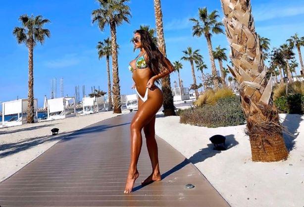 Arta Nitaj 'trazon' bregdetin, përvëluese me bikini
