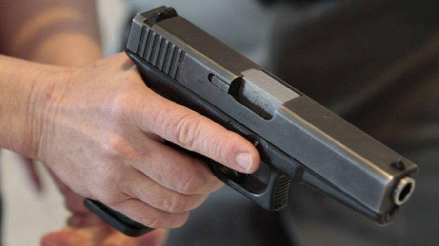 Si nëpër filma: Persona të armatosur e ndalojnë veturën dhe ia grabisin portofolin viktimës