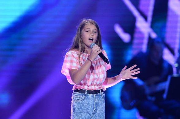 """Vajza kosovare ngre në këmbë publikun dhe jurinë e """"The Voice Kids"""" në Poloni"""