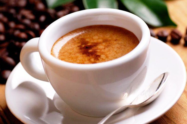 Studimi: Konsumi i kafes ndihmon në parandalimin e Covid-19