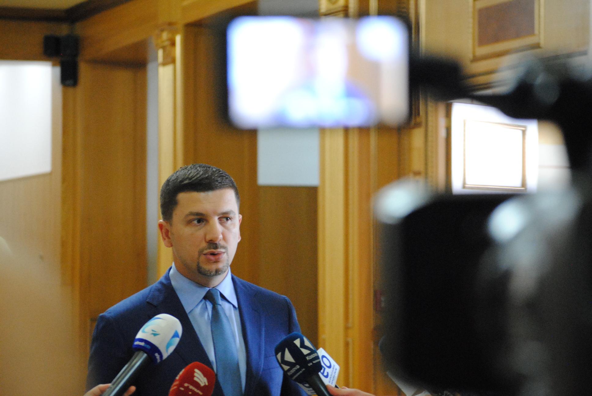 Memli Krasniqi thotë se Serbia po administron të gjitha komunat serbe në Kosovë me pajtimin e qeverisë