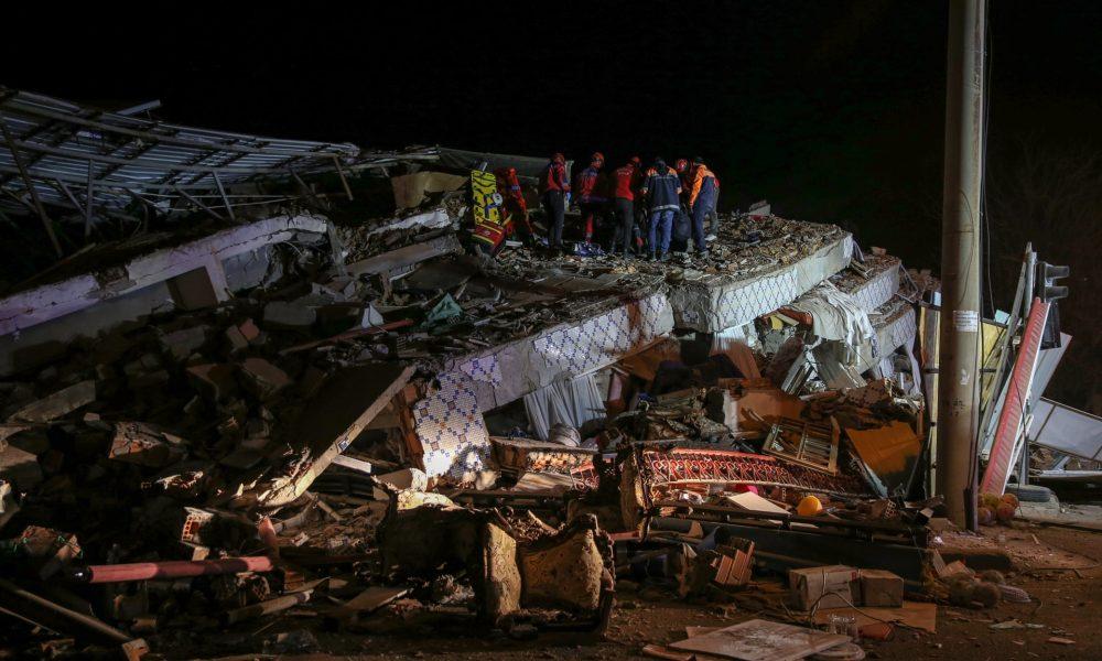 Pamje të dhimbshme nga tërmeti në Turqi: Babai u bë mburojë për të shpëtuar fëmijët nën rrënoja