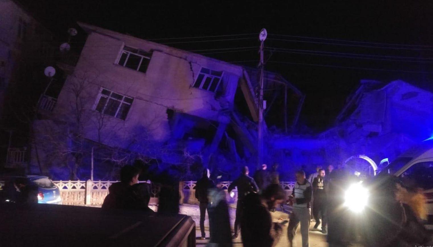 Tmerr në Turqi, tërmeti i fuqishëm shemb ndërtesat