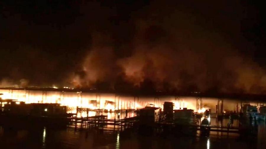 SHBA: Zjarri përfshinë 35 anije, tetë të vdekur