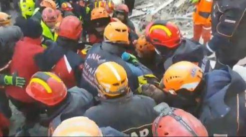 Pamje nga momenti kur shpëtohen disa persona të ngujuar nga tërmeti në Turqi