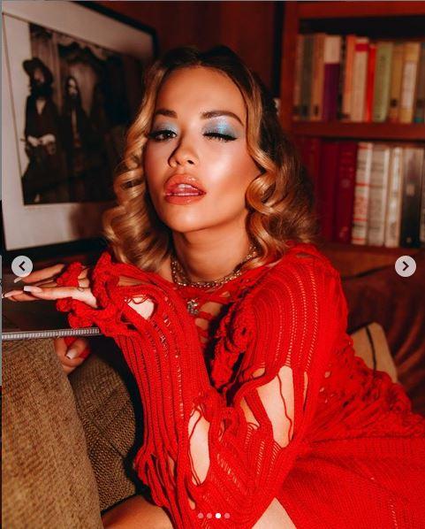 Rita Ora merr pozë interesante me fustan të ngushtë