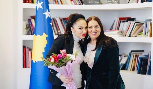 Adelina Ismaili takohet me Vlora Dumoshin: Jam krenare, të prift e mbara