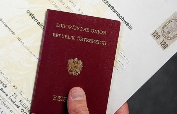 Në fotografinë e pasaportës nuk lejohet të qeshni: Kjo është arsyeja