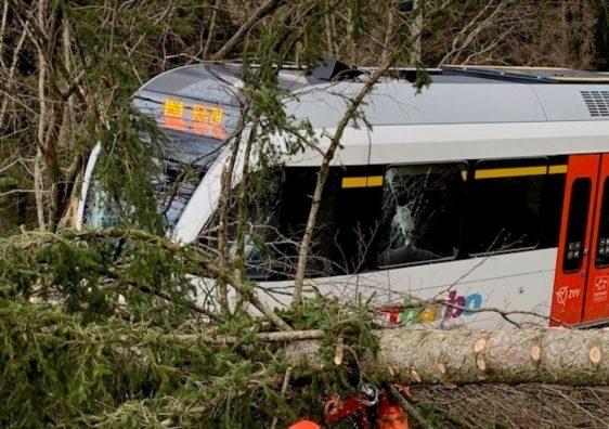 """Stuhia """"Sabine"""" në Zvicër lë pas vetes një të vdekur dhe tre të lënduar"""