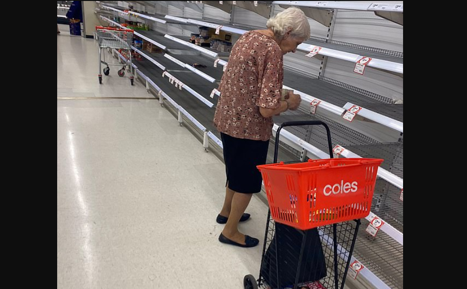 E vetme dhe e uritur: Gruaja e moshuar shkon për të blerë në market, qanë kur sheh raftet e zbrazura