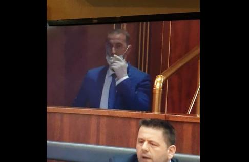 Ndodh edhe kjo: Haradinaj tymos duhan në ambiente të Kuvendit