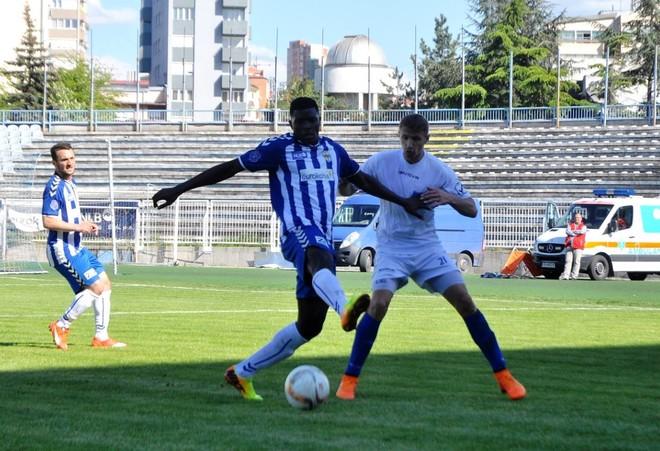 Futbollisti kosovar shënon '3 pikësh' nga gjysma e fushës