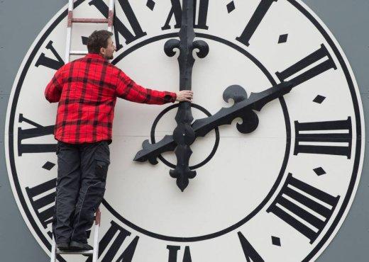 Kur kthehet ora dhe pse ndryshon ajo?