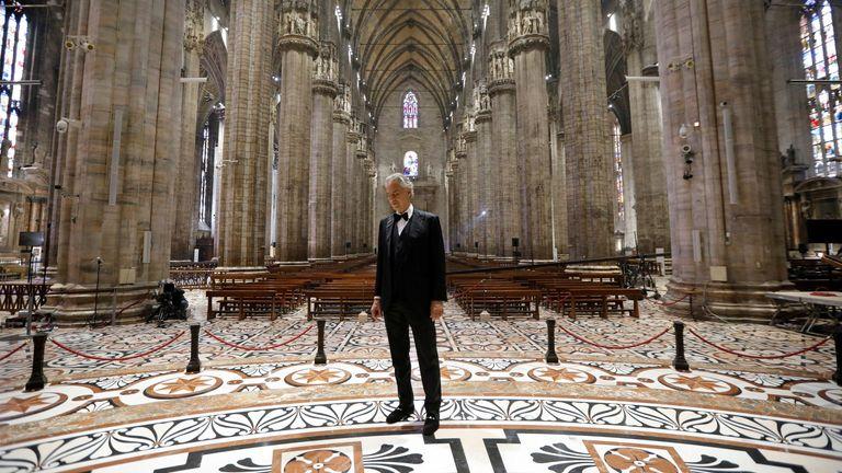 Koronavirus: Andrea Bocelli rrënqeth botën! Miliona njerëz ndoqën performancën e tij të jashtëzakonshme