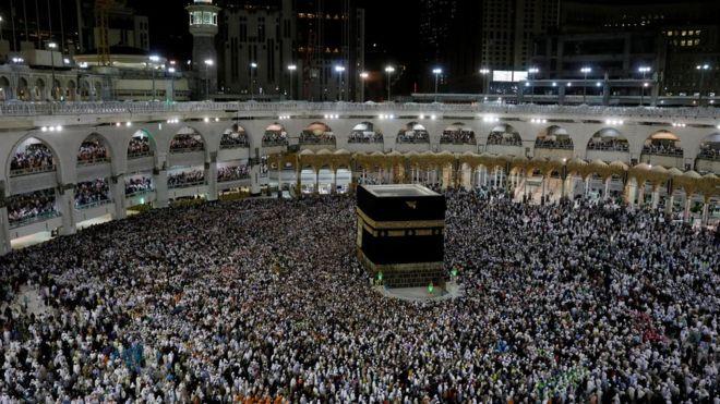Arabia Saudite kërkon nga myslimanët që t'i shtyjnë rezervimet për Haxh
