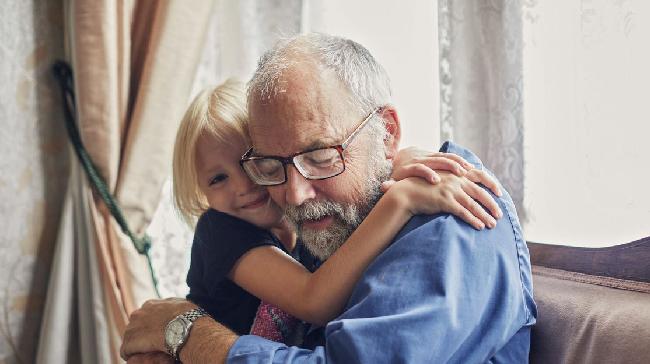 Studimi: Fëmijët nën 10-vjeç nuk e transmetojnë Koronavirusin, Zvicra i lejon të takojnë gjyshërit