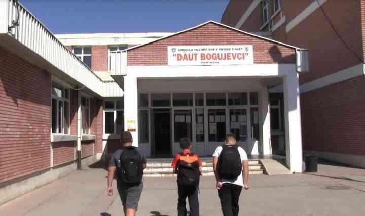 Nxënësi i klasës së parë në Fushë Kosovë, i dedikon mësueses një video emocionuese