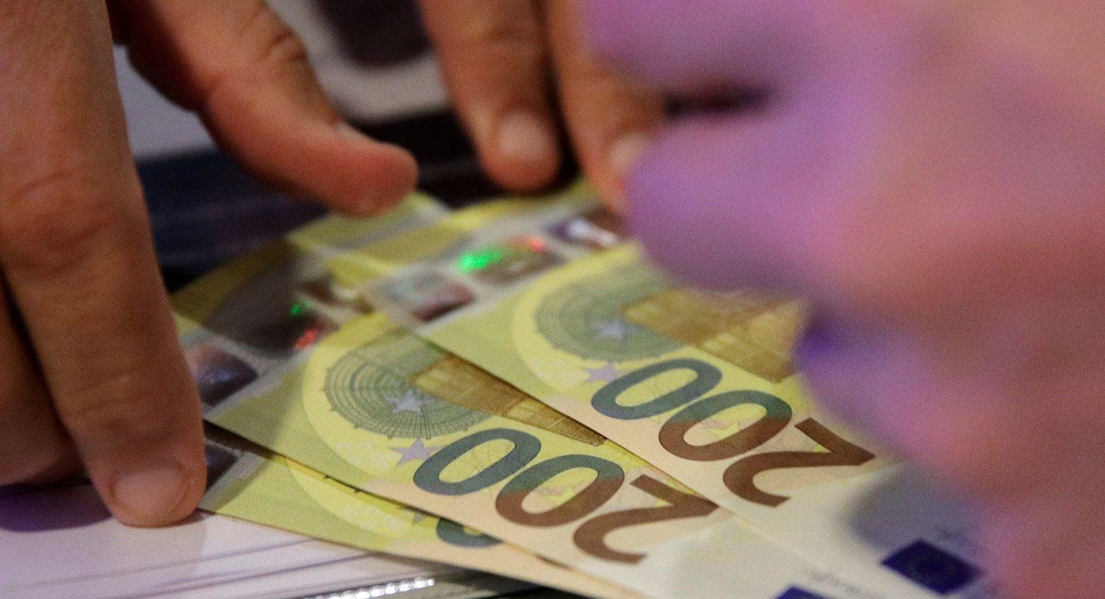 """""""Popull, deputetët i marrin 2,000 euro në muaj, prandaj nuk votojnë që ju t'i merrni paratë tuaja nga Trusti"""""""