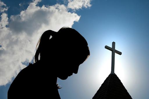 E tmerrshme: U konvertua në krishtere, babai mysliman i vë flakën të bijës