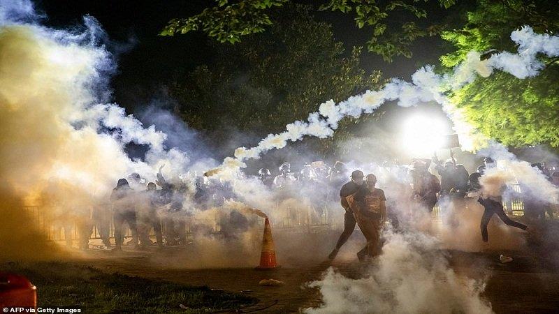 Protestuesit i vunë flakën pranë Shtëpisë së Bardhë, Trump përfundon në bunker?