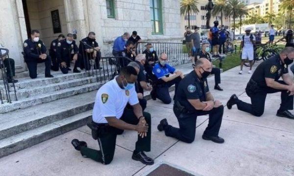 Policët kërkojnë falje për vrasjen e George Floyd e bien në gjunjë para protestuesve