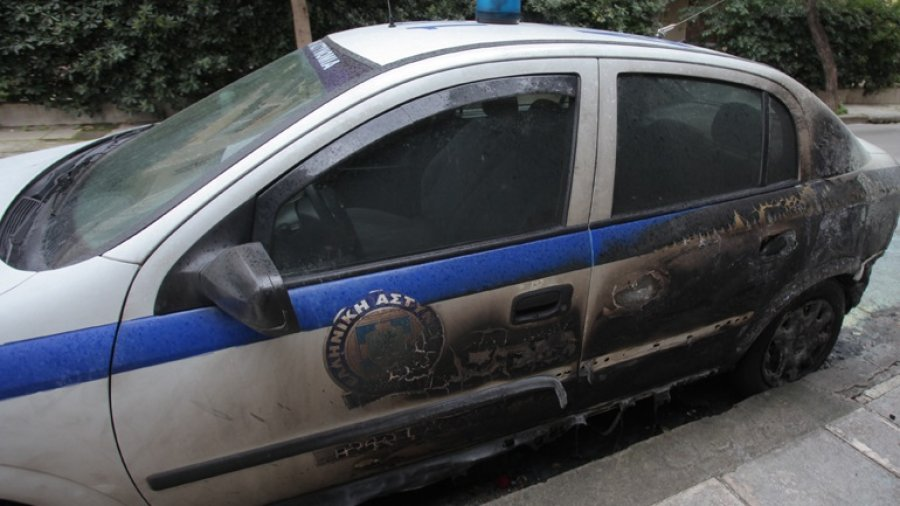 Komisariati në Athinë qëllohet me 4 bomba Molotov, u dogjën dy makina policie