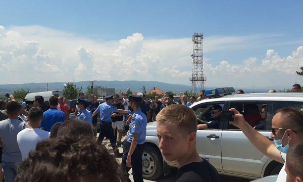 Serbët mblidhen në Gazimestan të Obiliqit, shkaktojnë incident me policinë