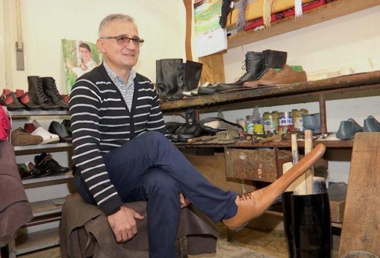 """""""Çuditë"""" e pandemisë, këpucari krijon këpucët anti-covid"""